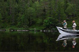 Fiske med elvebåt og guide i Trysilelva.