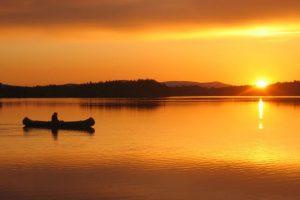 Kano i Hodalsjøene ved solnedgang