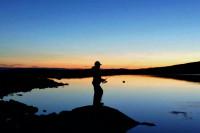 Fisker i solnedgang i Skjåk allmenning og Breheimen Nasjonalpark
