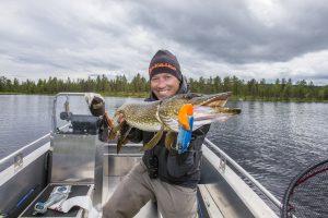 Fornøyd gjeddefisker med fangst fra Harsjøen i Rendalen