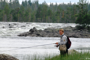 Fiske i Gløta i Engerdal. Elva som renner mellom Femunden og Isteren.