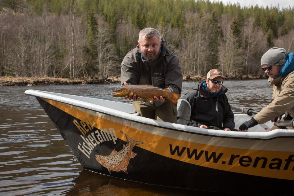 Drift boat fishing with rena fiskecamp fishspot for Drift boat fishing